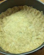 Φτιάχνετε μια ζύμη με 250 γραμ. μαλακό αλεύρι 50 γραμ. βούτυρο λίγο ελαιόλαδο και περίπου 100 γραμ. νερό.Στρώνετε τη ζύμη σε μία φόρμα για τάρτες, ψήνετε τη ζύμη μόνη της για περίπου 20 λεπτά με ένα άλλο ταψάκι από πάνω για να μη φουσκώσει.