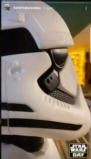 ... και τον γιο της Αρίωνα με τη στολή Star Wars