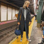 Το αγαπημένο σου παλτό με sneakers, όπως η Σοφία Καρβέλα