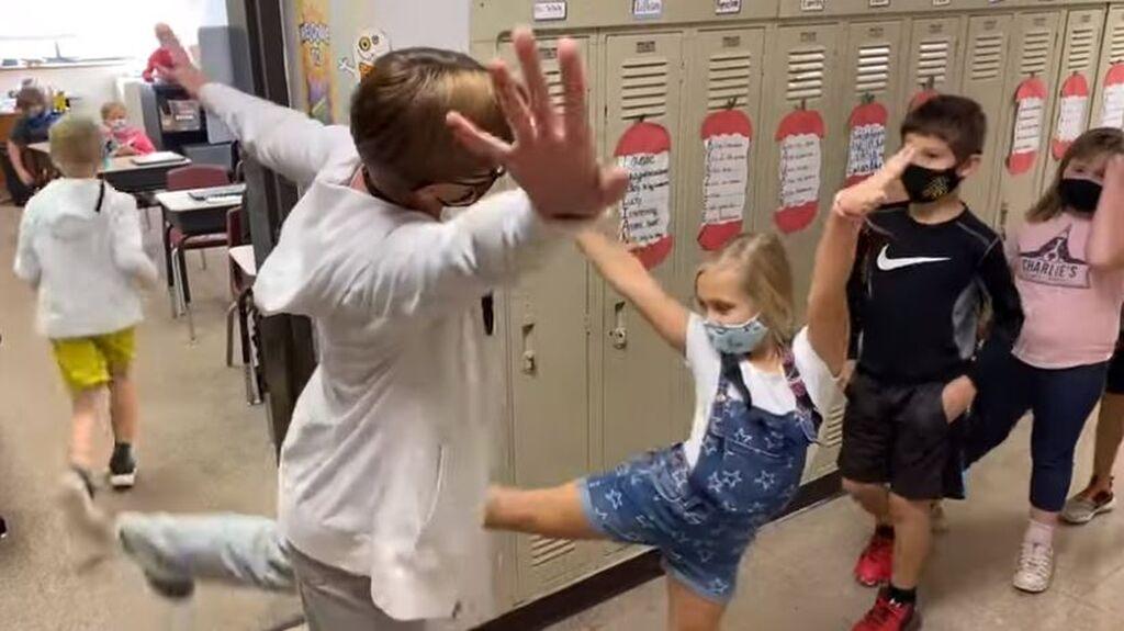Έτσι χαιρετά με ασφάλεια μια δασκάλα τα παιδιά όταν φτάνουν στο σχολείο
