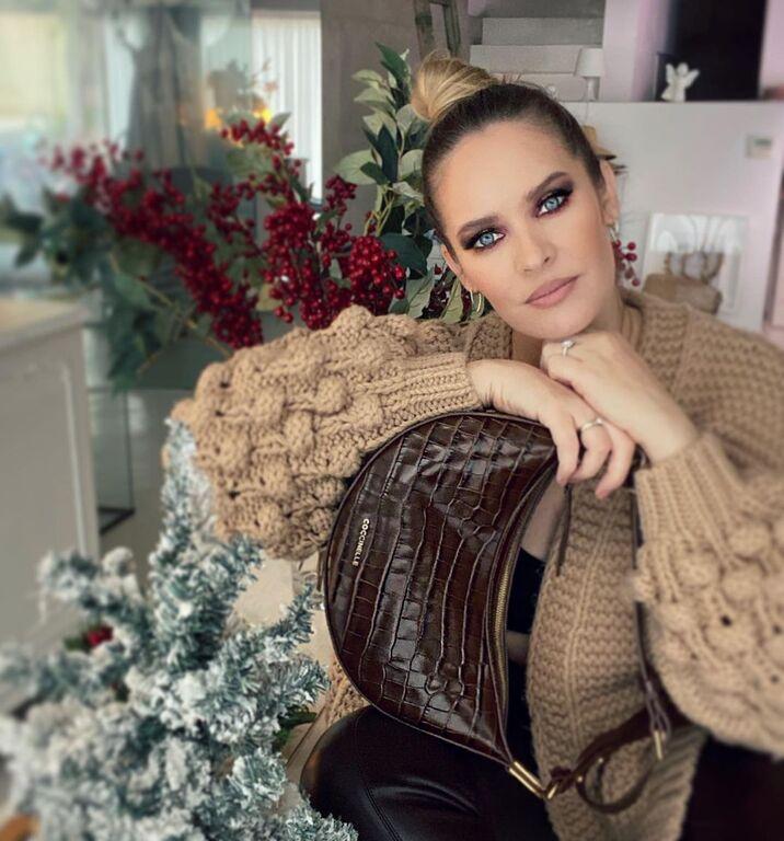 Διάλεξε μία ζεστή loose ζακέτα σε nude απόχρωση, όπως η Anna Brand