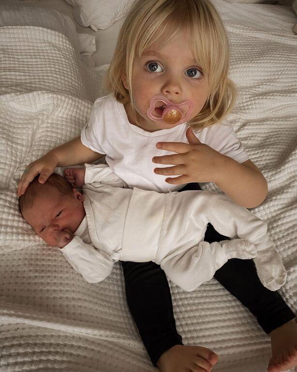Απολαυστικές φωτογραφίες παιδιών με το νεογέννητο αδερφάκι τους (pics)