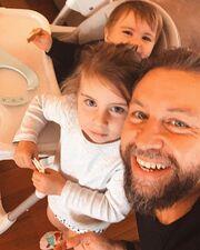 Γιάννης Βαρδής: Δείτε τον να φτιάχνει banana bread με την κόρη του (pics)