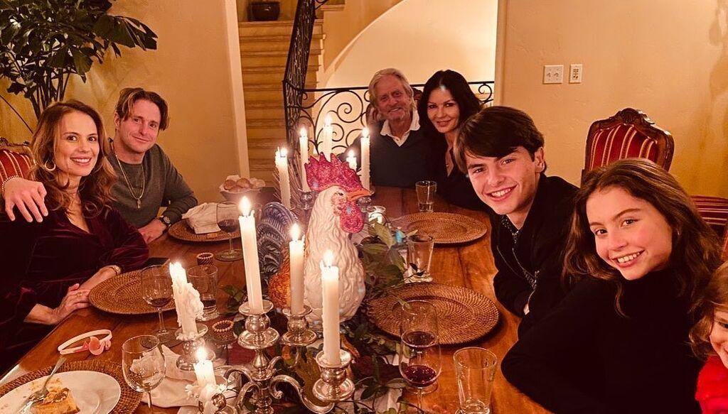 H Katherine Jeta Jones και o Michale Douglas με την οικογένειά τους.