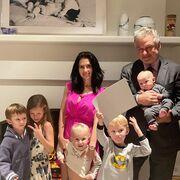 O Alec Baldwon και η σύζυγός του με τα πέντε παιδιά τους.