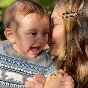 Η Κατερίνα Μουτσάτσου ζει τα τελευταία χρόνια στην Αμερική όπου έχει δημιουργήσει τη δική της οικογένεια. Χθες έστειλες τις ευχές της με μία φωτογραφία με τον μικρότερο γιο της.