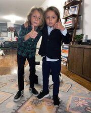 """Η Σοφία Καρβέλα μοιράστηκε αυτή τη φωτογραφία των γιων της λέγοντας: """"Τα αγόρια ντύθηκαν και είναι έτοιμα να γιορτάσουν"""""""
