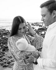 H νέα μαμά Lea Michelel ανέβασε μία φωτογραφία με την κόρη της και τον σύζυγό της, σχολιάζοντας πόσο ευγνώμων είναι για την ύπαρξή τους.