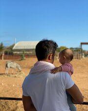 Σάββας Πούμπουρας: Στολίζει το δέντρο με την κόρη του Κύνθια