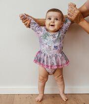 Μαμά ντύνει το μωρό της με τα πιο απίθανα ρούχα και το φωτογραφίζει