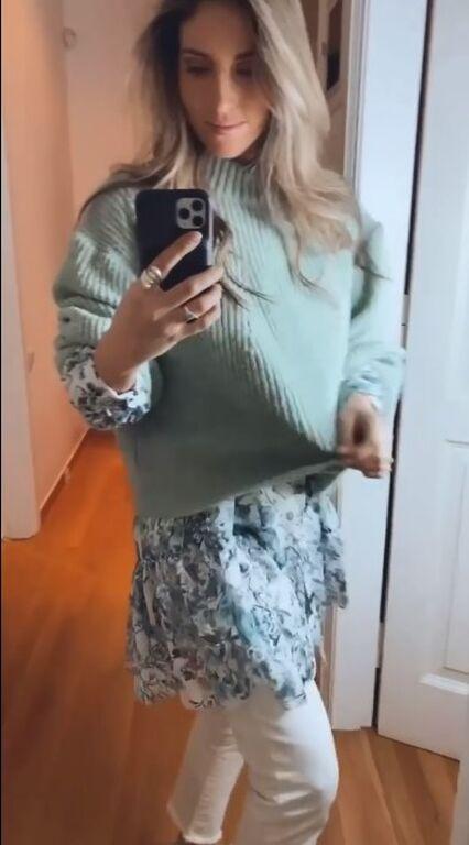 Ένα φλοράλ πουκάμισο με πουλόβερ, όπως η Αθηνά Οικονομάκου