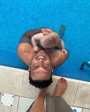 Σάββας Πούμπουρας: Παιχνίδια στο κρεβάτι με την κόρη και τη σύζυγό του