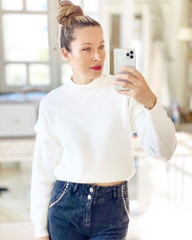 Ένα crop πουλόβερ με ψηλόμεσο τζιν παντελόνι. Φυσικά και λίγο κόκκινο κραγιόν για να ανέβει η ψυχολογία σου, όπως ακριβώς έκανε και η Μαριέττα Χρουσαλά