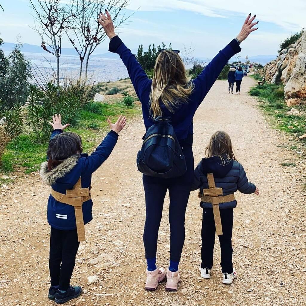 Ρούλα Ρέβη: Έτσι, δεν έχετε ξαναδεί τα δίδυμα παιδιά της