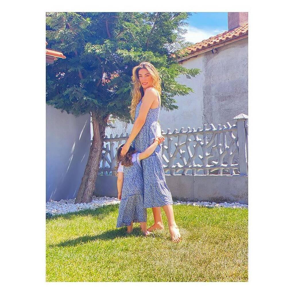 Ήβη Αδάμου: Ντύθηκε ασορτί με την κόρη της - Σπάνια φώτο