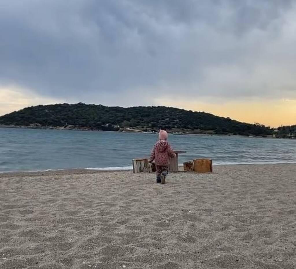 Κλέλια Ρένεση: Στη θάλασσα με την κόρη της, Κοραλία