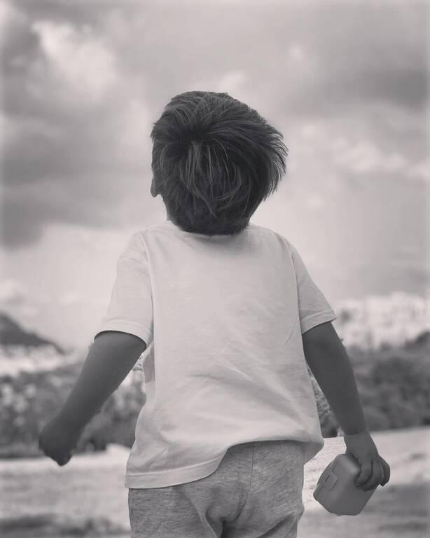 Σία Κοσιώνη: Φύτεψε φράουλες με τον γιο τους και ιδού οι πρώτοι καρποί