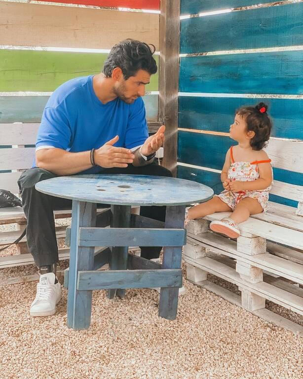 «Σήμερα είπα στην Μελιτα να καθίσουμε σαν πατέρας με κόρη για να της δώσω καποιες συμβουλές για το μέλλον της.Στην πρώτη φωτογραφία με άκουγε με προσοχή,