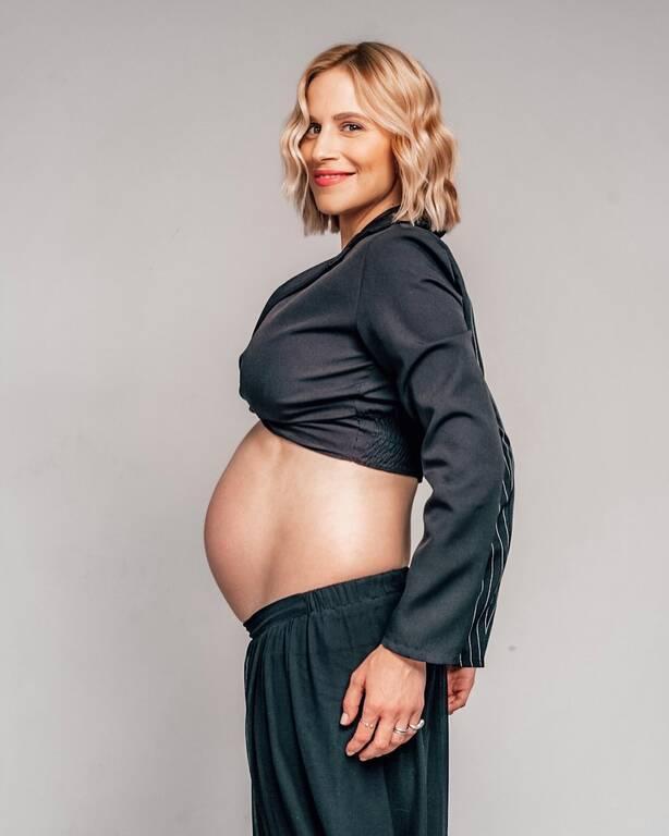 Νάντια Μπουλέ: Έκανε την πρώτη βουτιά με την κοιλίτσα στον 9ο μήνα (pics)