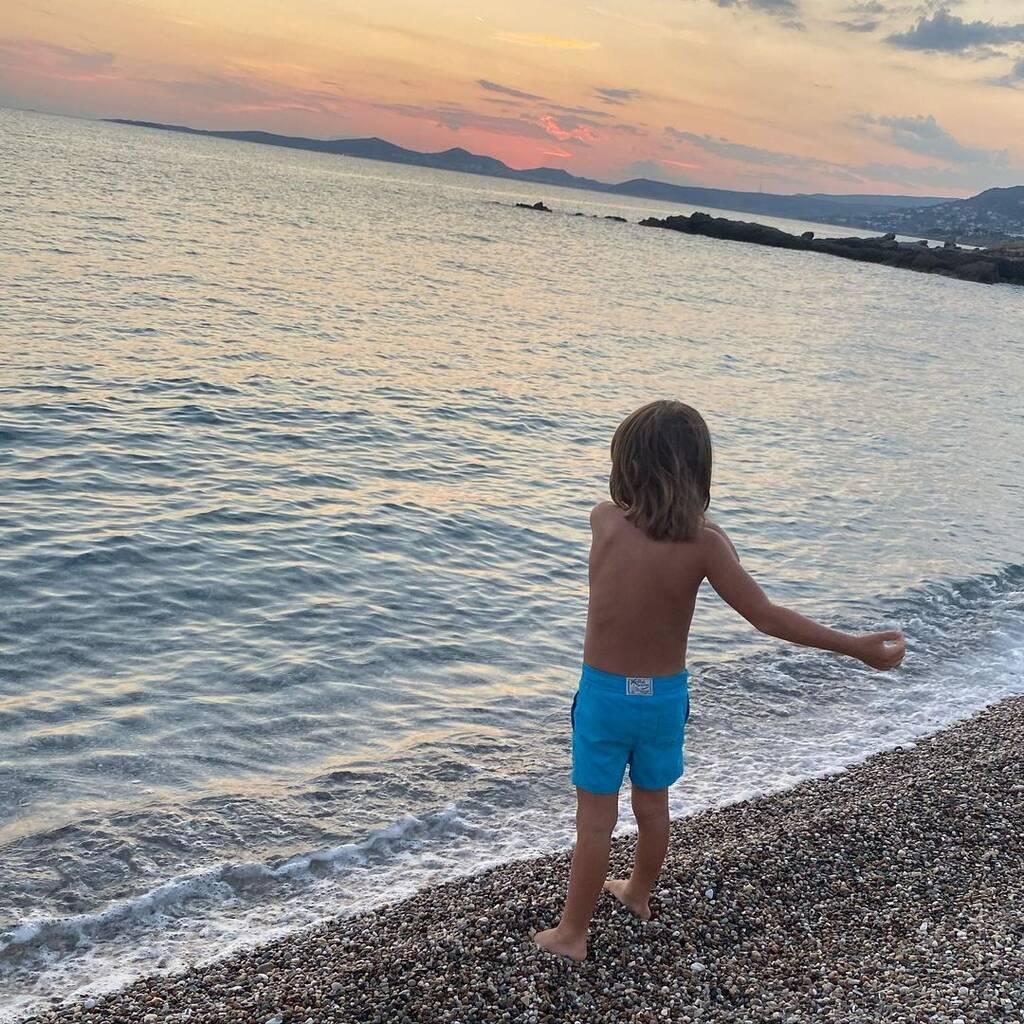 Κατερίνα Καραβάτου: Οι απίθανες φωτογραφίες του γιου της στη θάλασσα