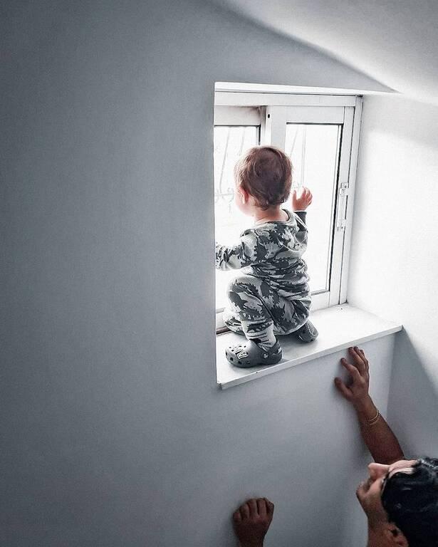 Δήμος Αναστασιάδης: Παιχνίδια με τον 2χρονο γιο του στην άμμο (pics)