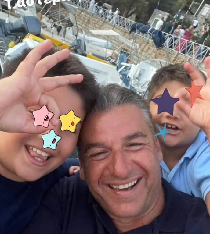 Γιώργος Λιάγκας: Η απίθανη φώτο με τους γιους του στις Κυκλάδες