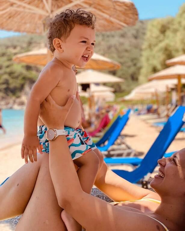 Κλέλια Πανταζή: Ο γιος της κοιμάται στην παραλία κι εκείνη τον φωτογραφίζει