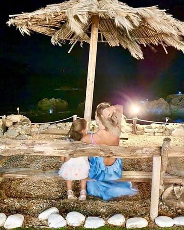 Ζέτα Δούκα: Φωτογραφίζει την κόρη της στην αμμουδιά με φόντο το ηλιοβασίλεμα