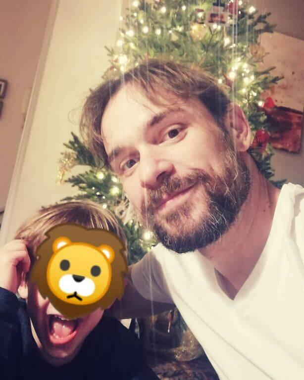 Νίκος Πουρσανίδης: Σπάνια φωτογραφία με τον γιο του μετά από καιρό
