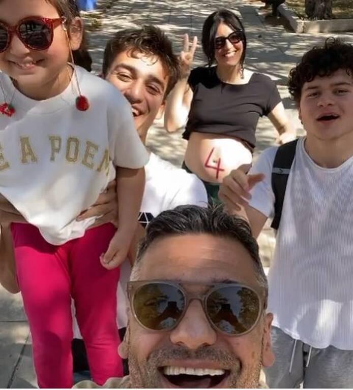 Στέλιος Κρητικός: 5 χρόνια μετά φωτογραφίζεται σε ίδια πόζα με τα παιδιά του