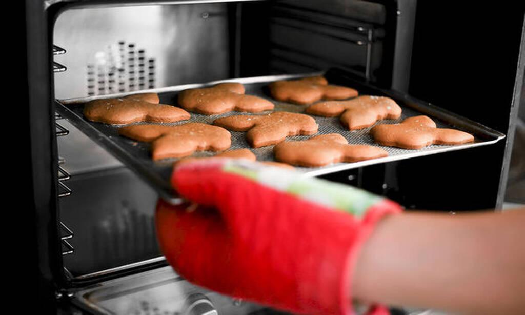 Μην γεμίζετε τον φούρνο με φαγητά - Σε κάποιες περιπτώσεις μπορείτε να χρησιμοποιήσετε τις δύο σχάρες, σε κάθε περίπτωση όμως καλό είναι να μην παραγεμίζετε τον φούρνο με ταψιά και φαγητά καθώς εμποδίζεται η κίνηση του αέρα.