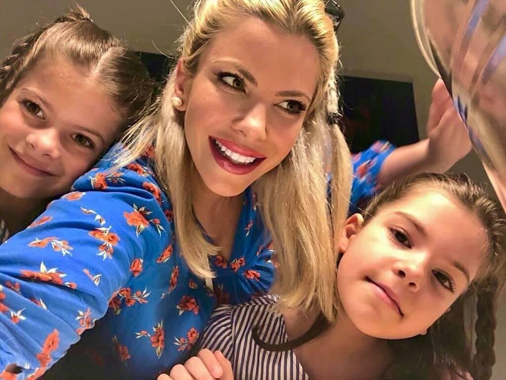 Αντελίνα Βαρθακούρη: Με ίδιο look οι κόρες της στο σχολείο