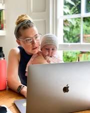 H Amber Heard γυμνάζεται κρατώντας την 5 μηνών κόρη της
