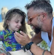Γιάννης Βαρδής: Κάνει μασάζ στα παιδιά του κι εκείνα …λιώνουν