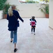 Αγκαλιά με τα δυο της παιδιά ποζάρει η Δούκισσα Νομικού