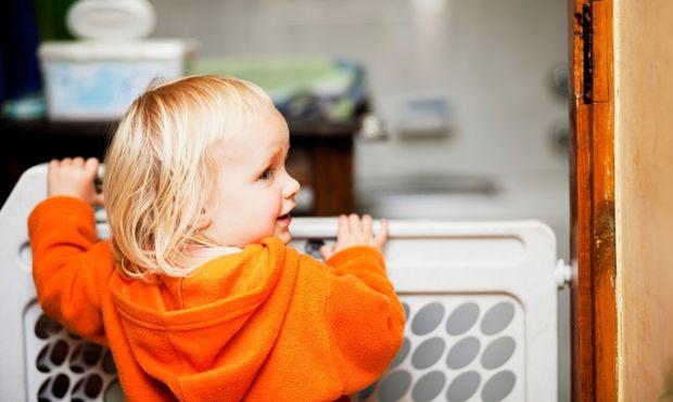 Πώς να εγκαταστήσετε μια πόρτα ασφαλείας για το μωρό