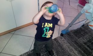Κοίτα μαμά, πίνω μόνος μου!