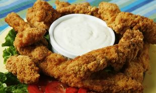 Μπουκιές κοτόπουλου πανέ με σος γιαουρτιού!
