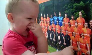 Βίντεο: Δίχρονο αγοράκι ξέρει απ' έξω όλη την Εθνική Ολλανδίας