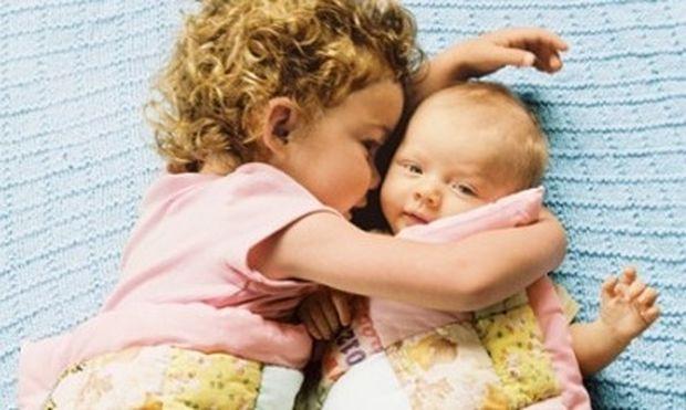 Βοηθήστε το παιδί σας να δεχτεί το μικρότερο αδερφάκι του
