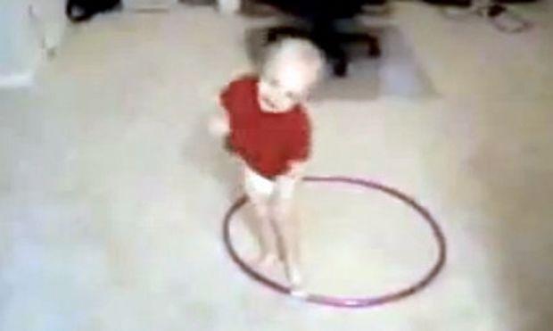 Βίντεο: Η μωρουδίστικη εκδοχή του Χούλα χουπ!