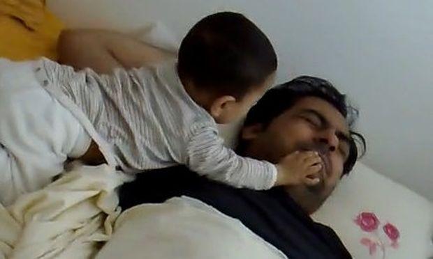 Βίντεο: Μωρό ξυπνάει τον μπαμπά του... βάρβαρα!