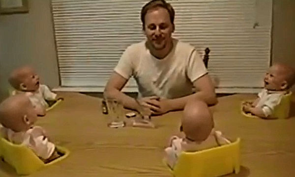 Δείτε με ποιο τρόπο αυτός ο μπαμπάς κάνει τα τετράδυμα να γελάνε ταυτόχρονα