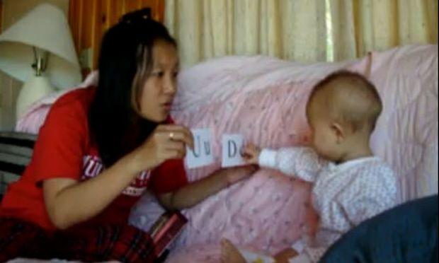 Βίντεο: Δείτε ένα κοριτσάκι 7 μηνών να αναγνωρίζει τα γράμματα της αλφαβήτου
