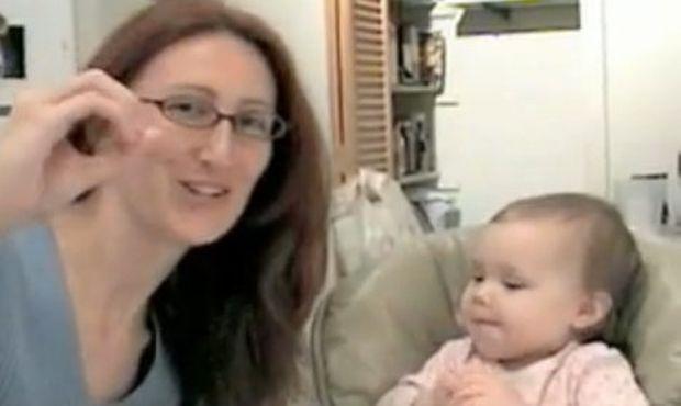 Βίντεο: Απίστευτο: Ενός χρονών κοριτσάκι μιλάει τη νοηματική!