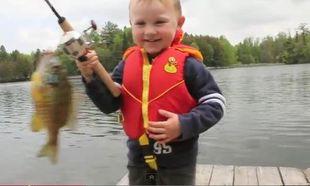 Πιάνοντας το πρώτο του ψάρι!