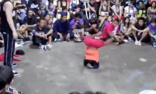 Απίστευτη κόντρα brake dance πιτσιρίκου με ενήλικα!