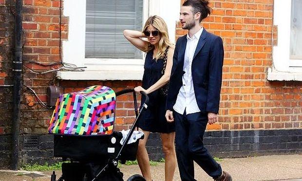 Η Sienna Miller κάνει βόλτα με την κόρη της