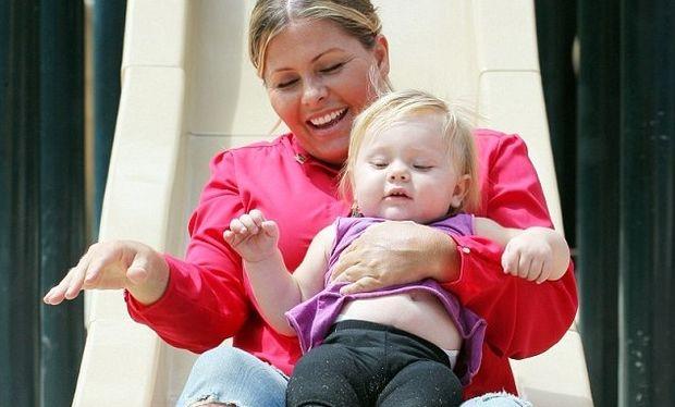 Η Nicole Eggert στις κούνιες με την κόρη της