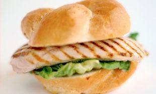 Υγιεινό σάντουιτς με στήθος κοτόπουλου για το σχολείο!